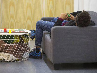 Un joven, en la 'Casa de los Jóvenes'.
