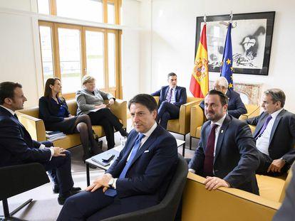 Pedro Sánchez (en el centro al fondo de la imagen), junto a algunos de sus homólogos de la UE, durante su viaje a Bruselas para la reunión extraordinaria del Consejo Europeo, el pasado 21 de febrero.  BORJA PUIG DE LA BELLACASA / MONCLOA