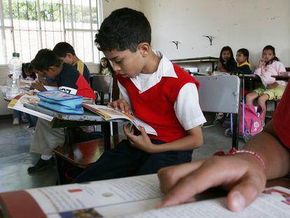 Estudiantes de una escuela en Santa María de Tule, Oaxaca. En vídeo, el secretario de Educación Pública anuncia un acuerdo con las televisoras.