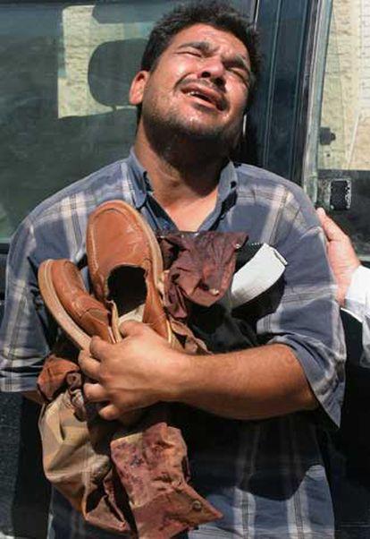 Un hombre llora la muerte de un familiar en el atentado de Kadimiya.