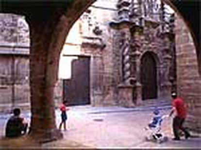 Portada de la iglesia de Calaceite (Teruel), en la plaza del Ayuntamiento.