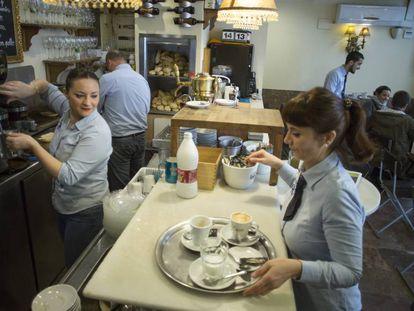 Cuatro camareros, dos mujeres y dos hombres, en un bar de Sevilla
