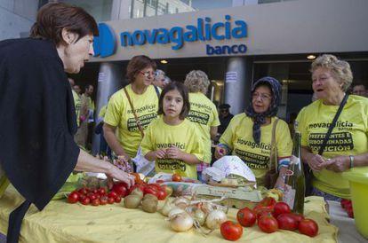 Afectados protestan en la sede del Banco en Vigo