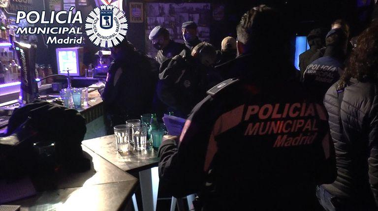Detenidos los responsables de una fiesta ilegal por encerrar a 36 personas hasta que acabó el toque de queda.