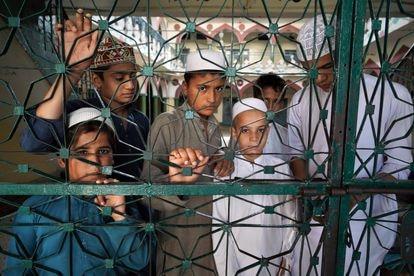 Un grupo de alumnos en la zona de la madrasa Haqqania dedicada a los menores