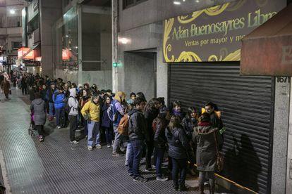 La fila de gente aguarda por ofertas en Adán Buenosayres.