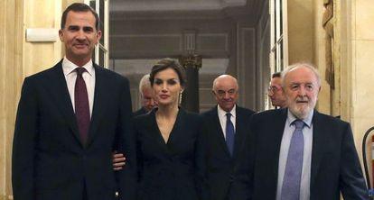 Los Reyes junto al presidente de la Asociación de Periodistas Europeos.