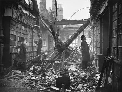 La biblioteca de Holland House, en Kensington (Londres), tras el largo bombardeo alemán de octubre de1940.