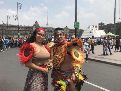 Alberto Morales y su compañera Bárbara participan en las danzas conmemorativas de los 500 años de la caída de Tenochtitlan.