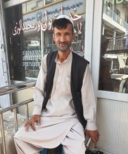 Wahidullah, jueves, en la esquina del Kabul Prince's Market donde tiene su puesto de cambio de divisas.