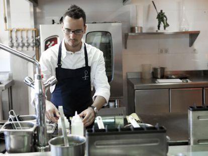El chef cordobés Paco Morales, en su cocina del Hotel Ferrero.