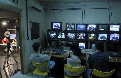 Estudiantes hacen prácticas en las instalaciones de Tele K, la televisión local de Vallecas.