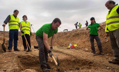 Trabajos de búsqueda de la una fosa en Alfacar (Granada) donde se cree que pueden estar los restos de Lorca.