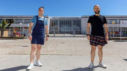 Los profesores Manuel Ortega, a la izquierda, y Borja Velázquez ante el colegio de Pedrajas de San Esteban (Valladolid) donde dan clase.