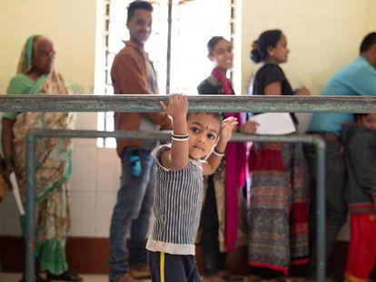 Una fila de pacientes espera en la entrada a una clínica rural del este de Bombai, en India, donde se les realizará de manera gratuita una prueba de tuberculosis y se les dará tratamiento.