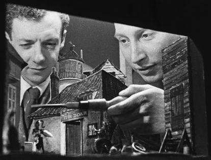 Benjamin Britten (izquierda) y el productor Eric Crozier examinan la maqueta de la escenografía del estreno de Peter Grimes en 1945.