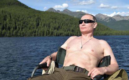 El presidente ruso, Vladímir Putin, toma el sol en Siberia en agosto de 2017.