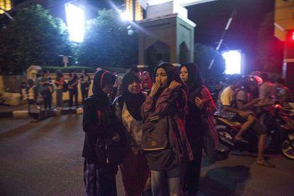 Residentes indonesios permanecen en la calle tras el terremoto registrado en Padang, Sumatra Occidenteal (Indonesia).