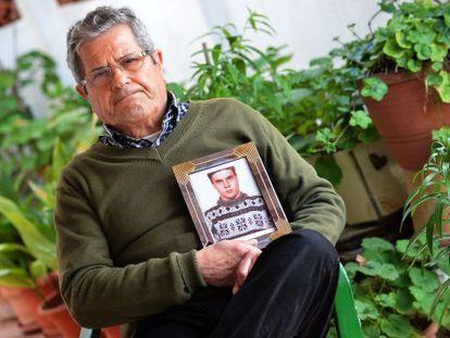 Guillem Agulló padre muestra una foto de su hijo, asesinado por la extrema derecha.