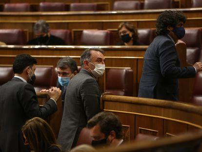 El diputado de Unidas Podemos y secretario general del PCE, Enrique Santiago (en el centro), durante el pleno de este martes.