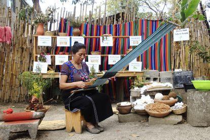 El elevado simbolismo de la mujer tejedora maya ha sido utilizado por Guatemala para atraer turismo y divisas, dinero que, según las mujeres del Movimiento Nacional de Tejedoras, no se reinvierte en ellas ni en las comunidades indígenas guatemaltecas.