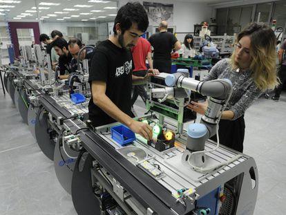 Alumnos realizan prácticas industriales en un centro de formación del País Vasco.