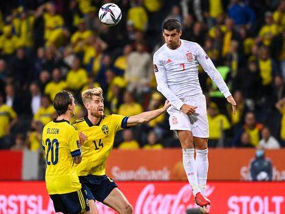 Morata remata de cabeza en el Suecia-España del pasado jueves. (Photo by Jonathan NACKSTRAND / AFP)