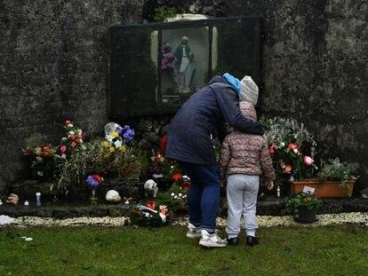 Una mujer y su hija, familiares de una víctima, depositaban, el martes unas flores en Tuam.