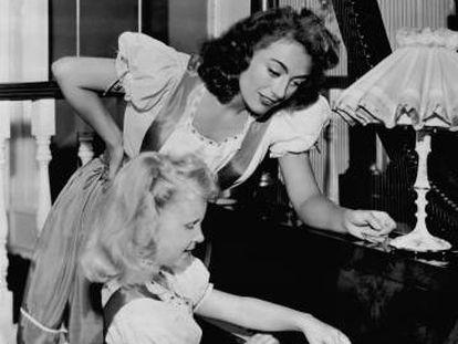Joan Crawford y su hija Christina, en julio de 1947 en su casa.