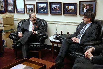 Puigdemont con el congresista demócrata Engel, el martes en Washington