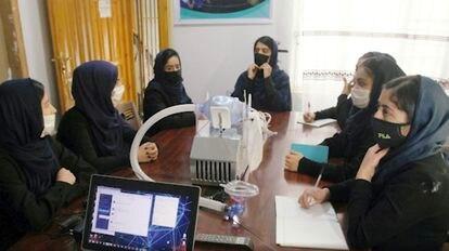 El equipo AfghanDreamersTeam durante la creación de ventiladores para la atención de pacientes enfermos de COVID-19.