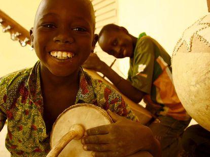 Niños con instrumentos de música en la escuela de Kirina, en Mali.