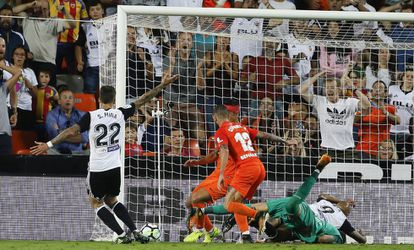 Santi Mina remata a portería durante el partido contra el Málaga en Mestalla.