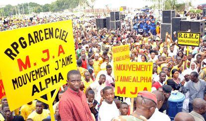 Partidarios de La Asamblea del Pueblo de Guinea se reúnen el 11 de agosto de 2015, en Conakry, durante la convención nacional del partido en el que el presidente de Guinea Alpha Condé fue nominado candidato para las elecciones de octubre.