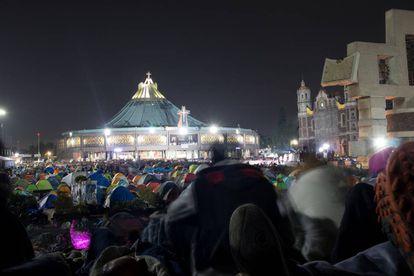Peregrinos acampan frente a la Basílica de Guadalupe.