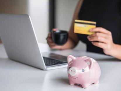 Una mujer realiza una compra por Internet con su tarjeta de crédito.
