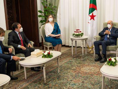 El ministro de Asuntos Exteriores, José Manuel Albares, segundo por la izquierda, con el presidente de Argelia, Abdelmayid Teboune.