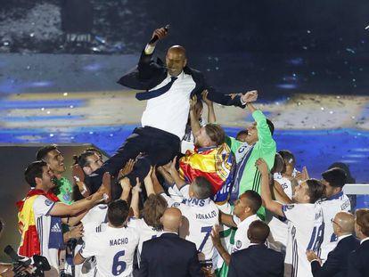 Zinedine Zidane es manteado por sus jugadores en el Santiago Bernabéu.