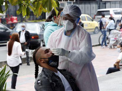 Personal médico hace pruebas de la covid-19, en Bogotá.