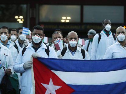 Misión de médicos cubanos en su llegada a Milán, en Italia, el pasado 22 de marzo.