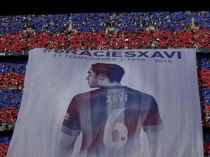 Una bandera en el Camp Nou para despedir a Xavi Hernández.