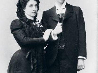 Marcela y Elisa (vestida de hombre), en la foto de su boda.