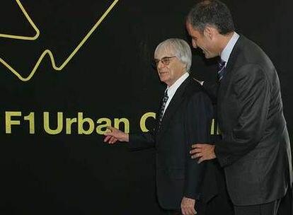 Bernie Ecclestone, a la izquierda, junto a Francisco Camps, ayer en Valencia.