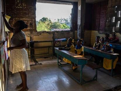 Una maestra escribe en una pizarra durante una clase en la escuela Sante Bernadette, en Puerto Príncipe, Haití, el jueves 23 de septiembre. 2021.