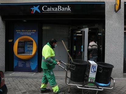 Una oficina de Caixabank en Madrid, la semana pasada.