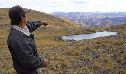 Fernando Ucsa, vicepresidente de Huacapunco, muestra una de la qochas construidas por su comunidad.