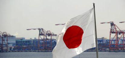 Una bandera nipona ondea en el puerto de Tokio, Japón.