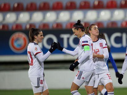 Jenni Hermoso (centro) celebra con Andrea Pereira (izquierda) y Patri Guijarro uno de sus cinco goles este jueves ante Azerbaiyán en Bakú.