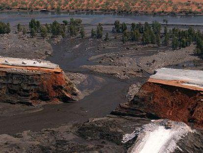 Vista aérea de la presa de la minera Boliden en Aznalcóllar, tras la rotura y el vertido en 1998.