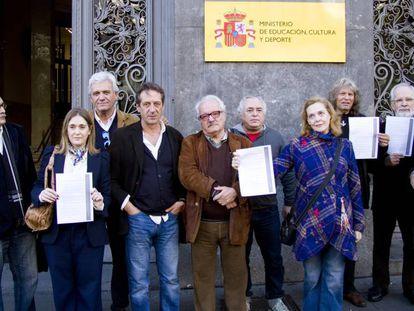 Escritores, cantantes y artistas protestan ante el Ministerio de Cultura en 2016.